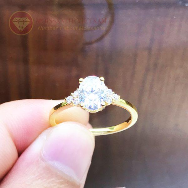 Nhẫn nữ kim cương nhân tạo moissanite chủ oval vàng 18k