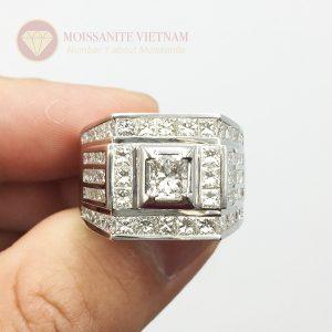 Nhẫn nam kim cương moissanite chủ emerald 5x7 kết hợp princess 4