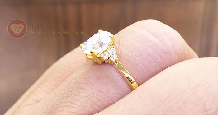 Nhẫn nữ kim cương nhân tạo moissanite chủ oval vàng 18k 5