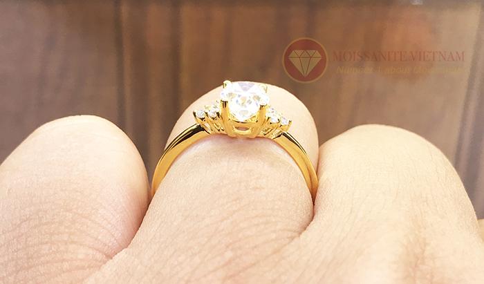 Nhẫn nữ kim cương nhân tạo moissanite chủ oval vàng 18k 6
