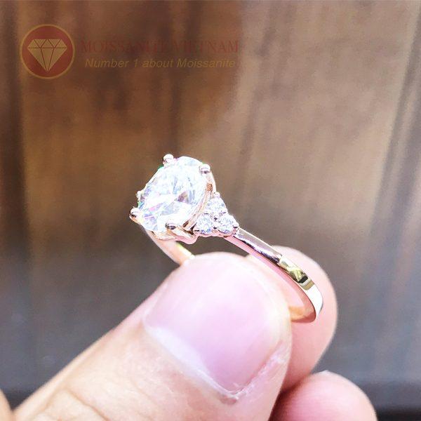 Nhẫn nữ kim cương nhân tạo moissanite chủ oval vàng hồng 18k 4