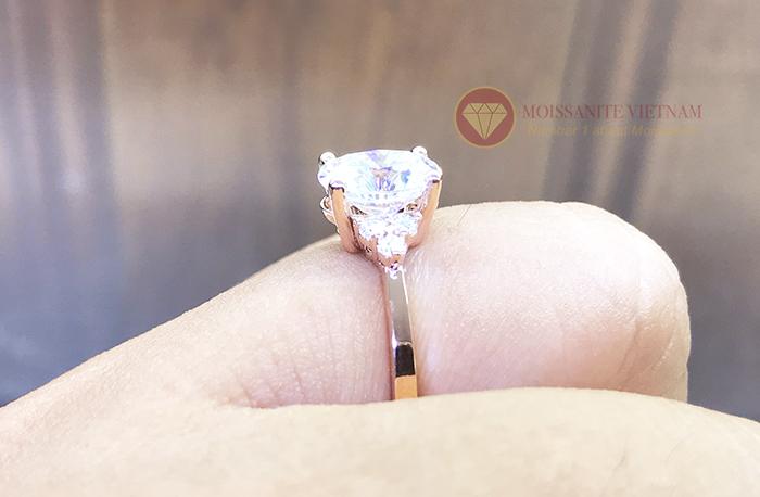 Nhẫn nữ kim cương nhân tạo moissanite chủ oval vàng hồng 18k 6