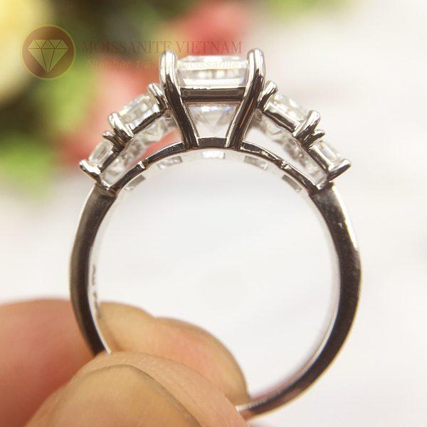 Nhẫn kim cương nhân tạo moissanite chủ emerald cut 9x12